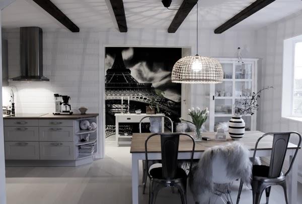 matsal, vitt, vitt och grått kök, parkett i köket, balkar i taket, hth kök, grått kök, fläkt, matbord med mixade stolar, tolix, plaststol, plåtstol