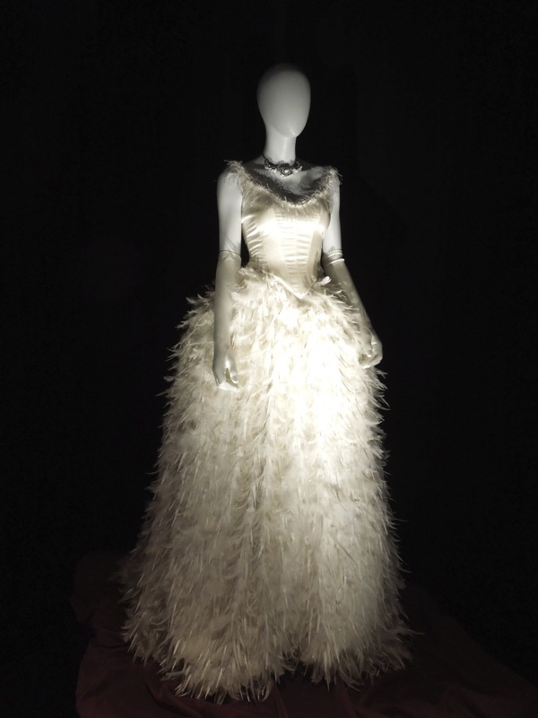 Hollywood movie costumes and props fairytale costumes for Snow white wedding dress once upon a time