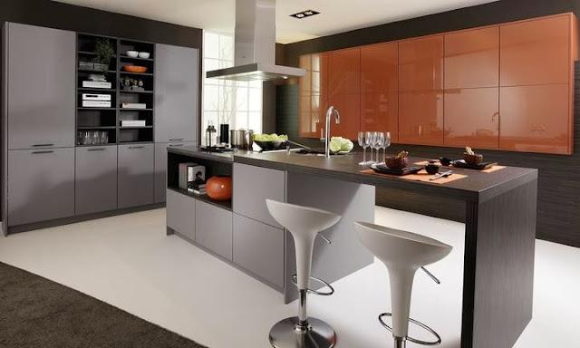 cuisine moderne avec îlot, façades gris mat et orange brillant