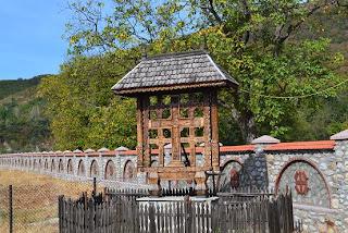Manastirea Polovragi  Troita din lemn