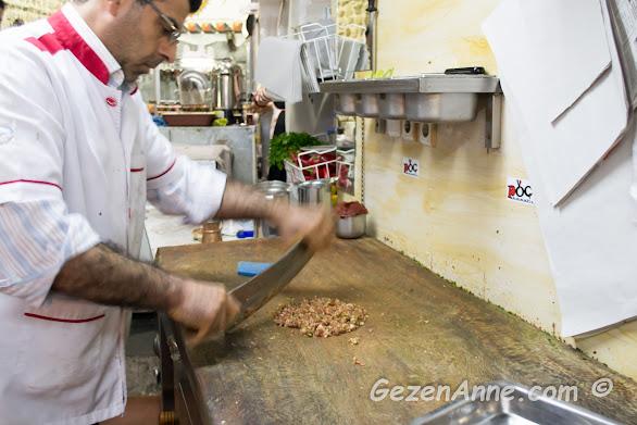 Pöç Kasabı'nda satırla tepsi kebabı hazırlayan usta, Antakya Hatay