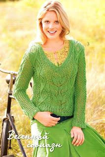 Короткий пуловер связан спицами ажурными узорами.