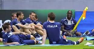 smešne slike: Mario Balotelli sa korner zastavicom