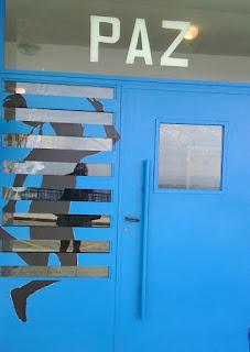 Estamos pintando nuestras puertas.