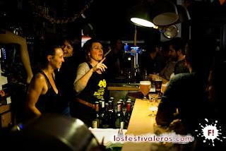10. El equipo de choque del Petit Vasco, con Fanny a la cabeza, hace frente a la invasión de sedientos festivaleros del Festival Cultures Bar-Bars.