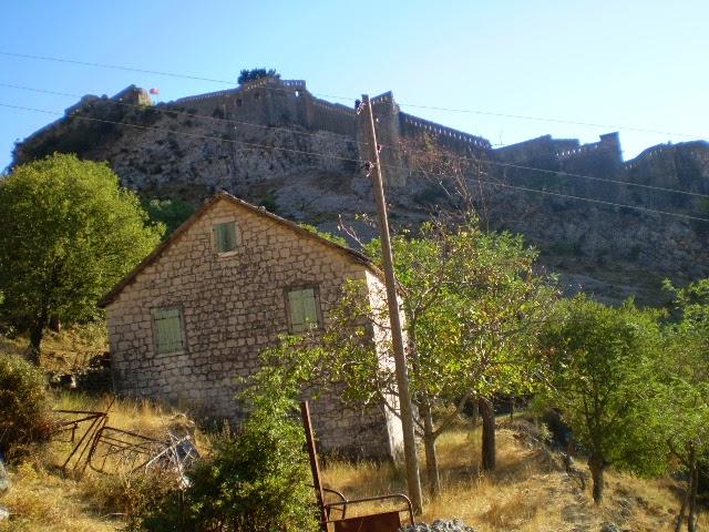 Заброшенный-дом-за-Крепостью-в-Которе
