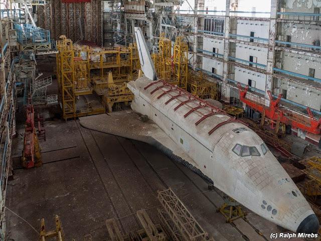Dos transbordadores rusos abandonados en un galpón de Baikonur