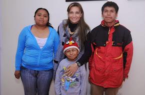 Entrega Mariana Yorio apoyo para prótesis ocular de niño Ángel Javier Parra Huerta