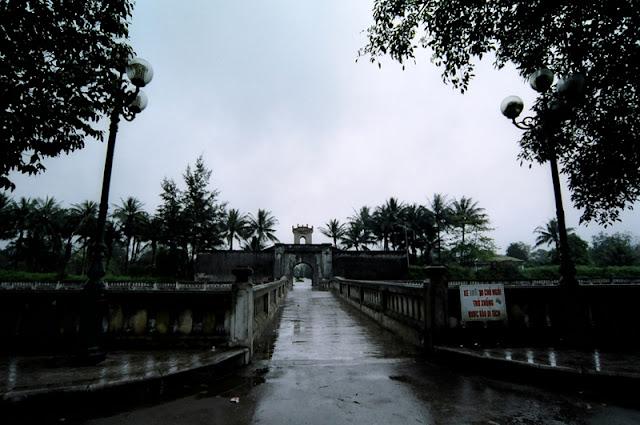 Hình ảnh phía trước Thành Cổ Quảng Trị