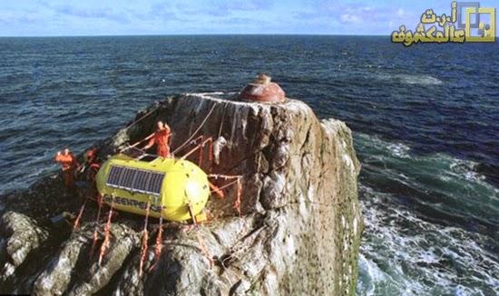 مغامر يعيش وحيدا على صخرة عملاقة في المحيط الأطلسي