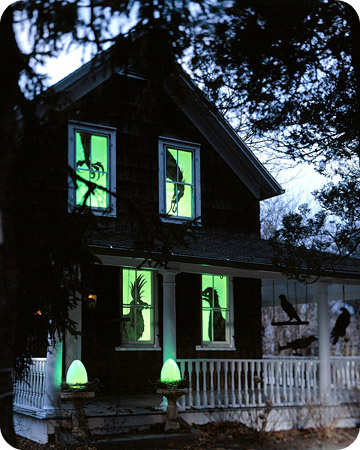 Traditional scary creepy halloween porch and yard for Scary halloween home decorations