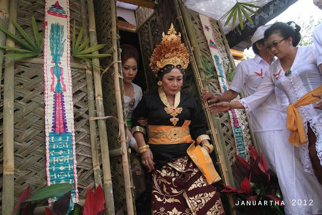 bali image : Ida Ayu Anggraeni, istri dari Anak Agung Ngurah Ketut Dharma Putra keluar dari Bale Pengekeban