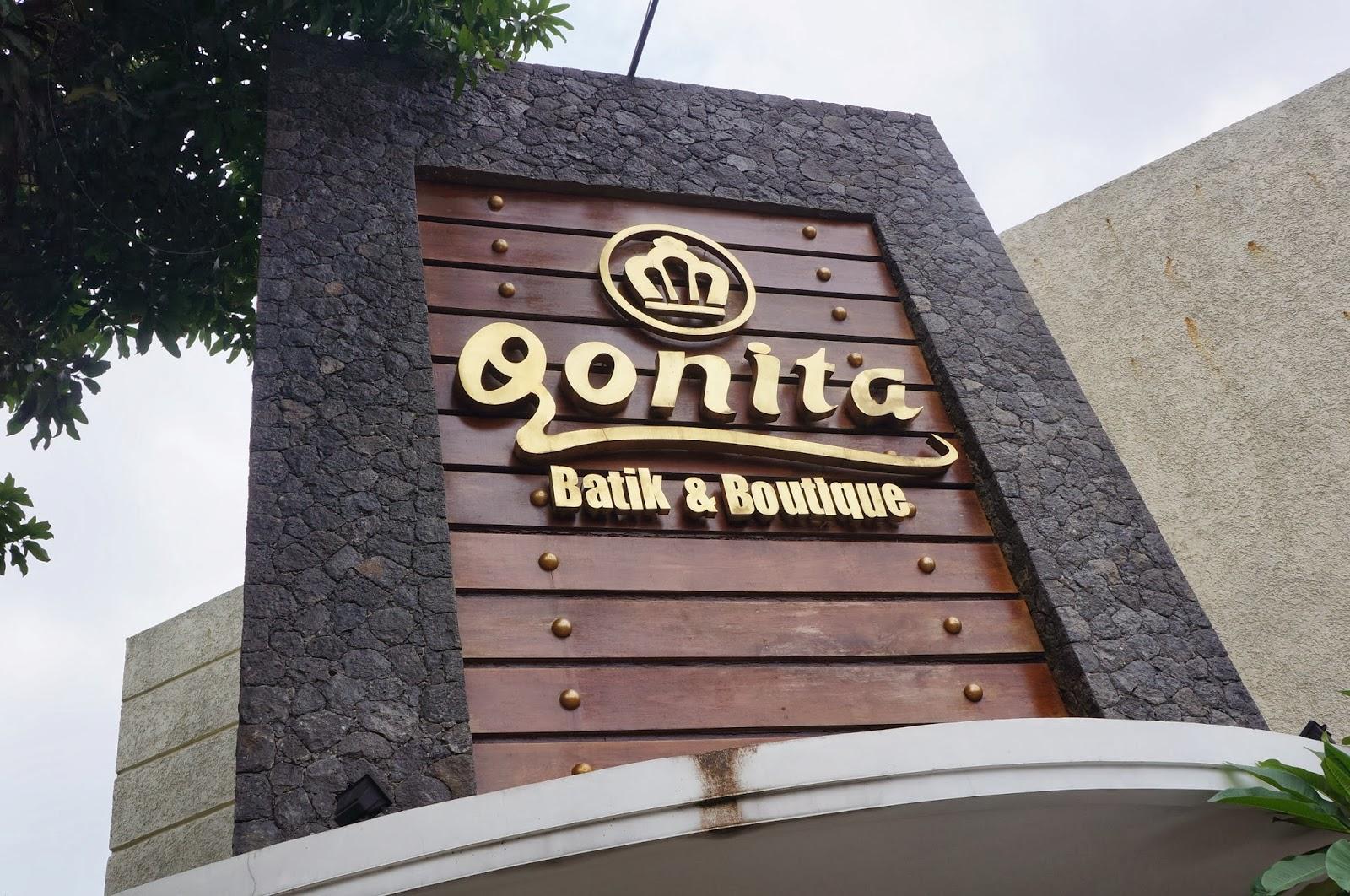 Didepan Qonita butik ada toko Bahyan (disebut juga toko kuning), jual ...