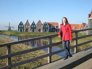 Volendam, Holanda. Pequeño pueblo pesquero con bonitas casas y muchos molinos.