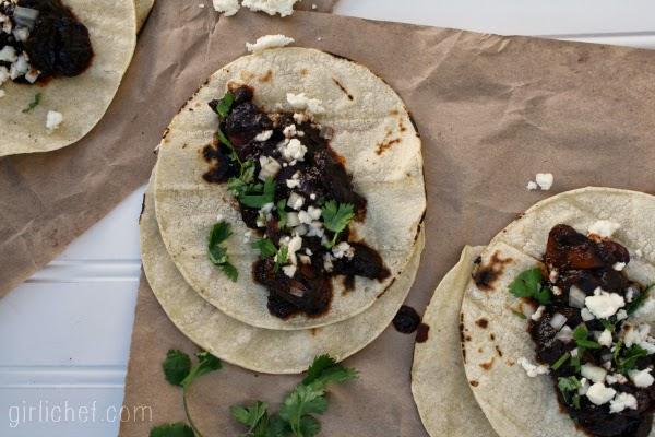 Spicy Pasilla-Mushroom Tacos {she made, ella hace} | www.girlichef.com