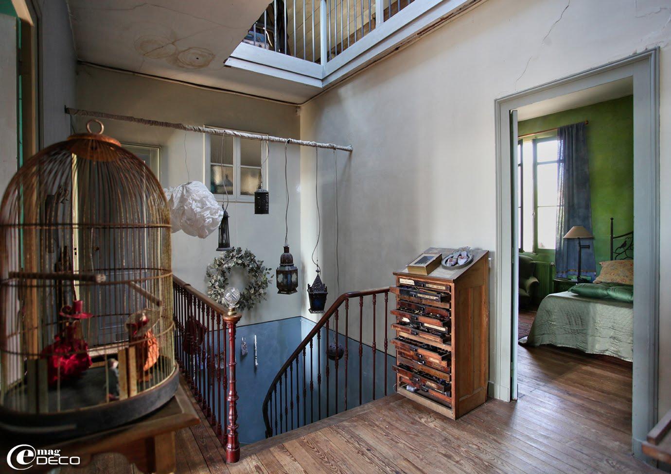 Ancien meuble d'imprimerie dans la cage d'escalier chez Miss Clara