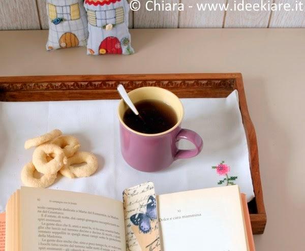 Segnalibro di stoffa, libro, tisana e biscottini