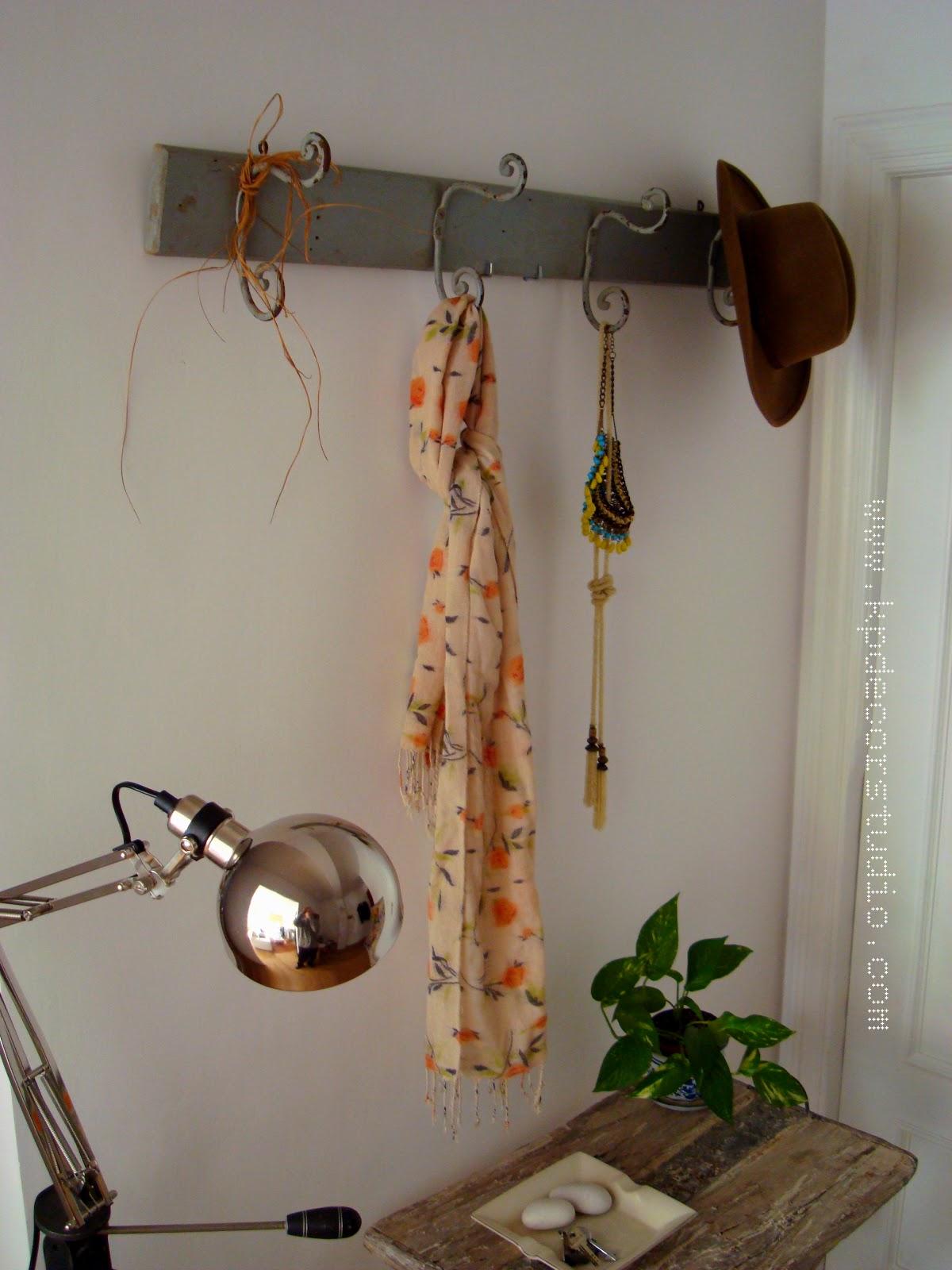 Kp decor studio viejo perchero de madera cuatro for Percheros en madera
