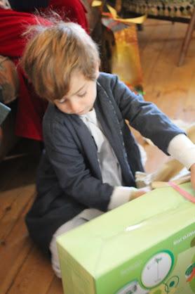 Niños abriendo regalos