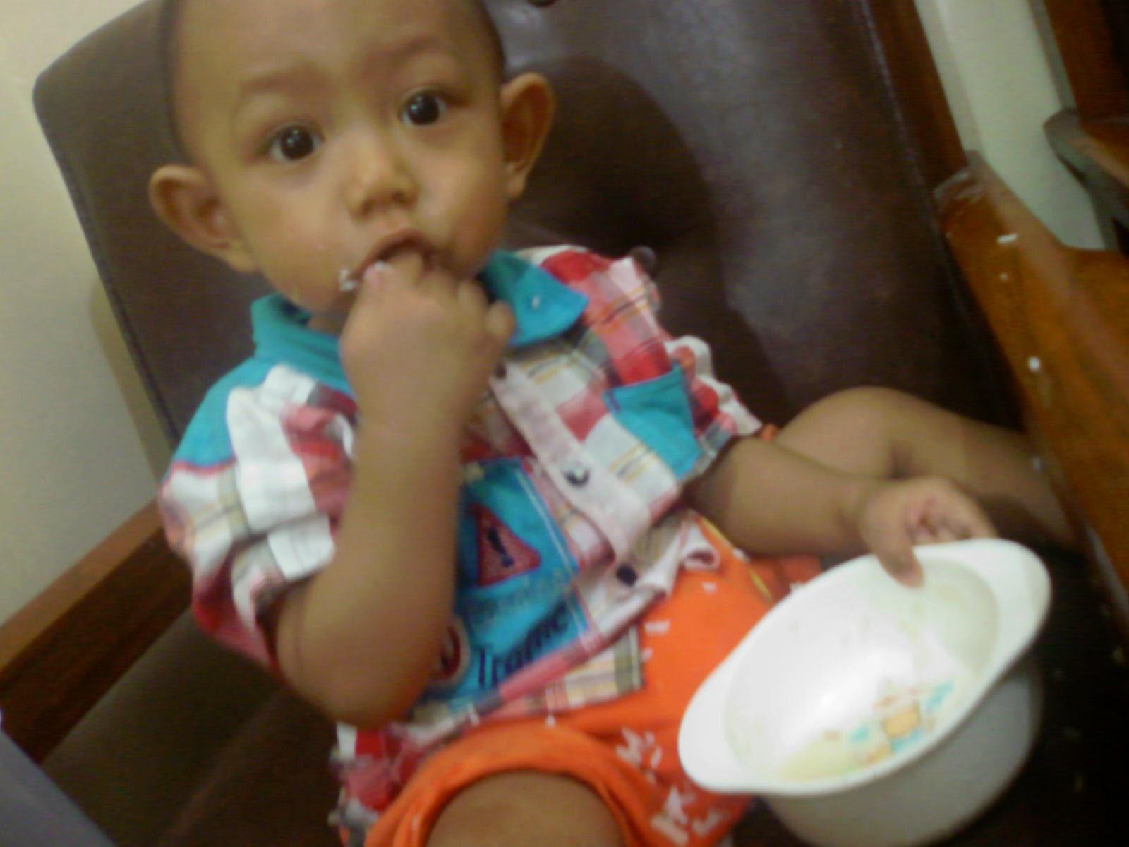 Download gambar bayi makan sendiri