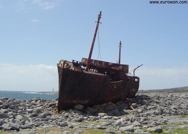 MC Plassy sobre las rocas de las islas Aran