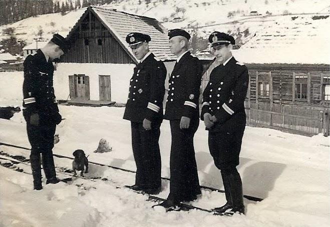 4 ofiteri si un catel in Sinaia 1941