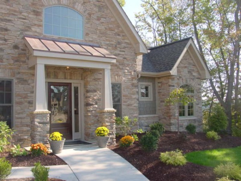 casa rstica de piedra con puertas de madera y vidrio