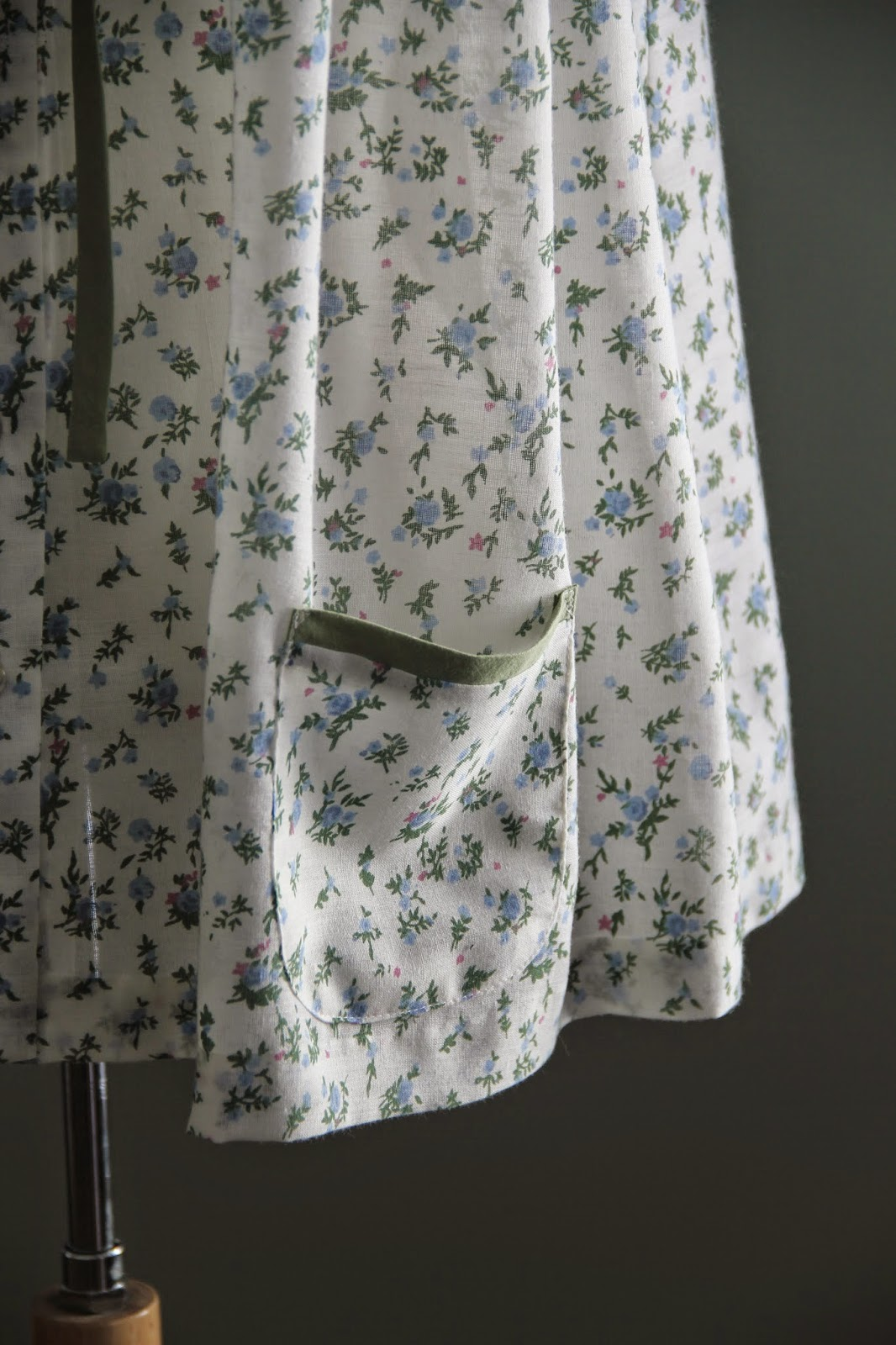 patch pockets in floral lawn 1958 maternity top
