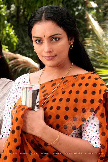 Pretty actress shwetha menon in rethinirvedam in polka dot saree
