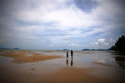 Our kids taking a walk at Bang Pae Seafood