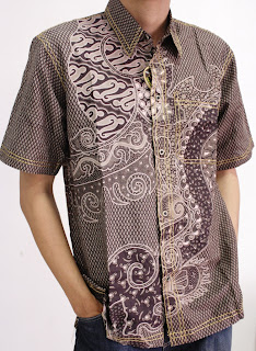 orang yang melihat model baju batik modern terbaru baju batik pria