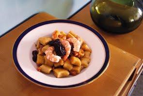 Gnocchi di ricotta e liquirizia con pancetta, mazzancolle e prugne secche