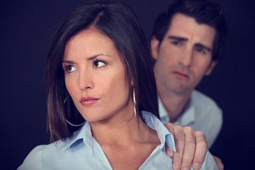كيف تعرفين ان حبيبك او خطيبك بخيل - امرأة غاضبة تكره رجل - angry woman hate man