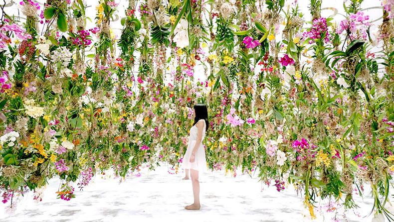 Una instalación inmersiva controlada digitalmente de 2300 flores suspendidos
