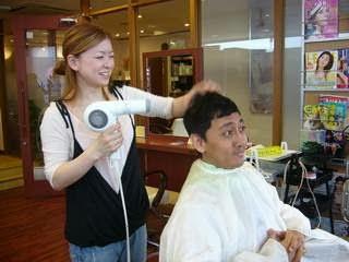 Tukang Cukur Tradisional Kini Jadi Profesi Langka