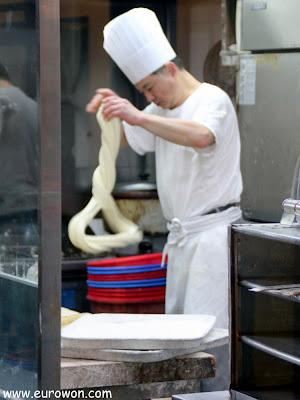 Cocinero haciendo fideos artesanales en un restaurante chino de Corea del Sur