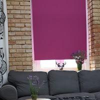 Purpurowa roleta i ściana z cegły