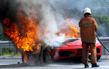 Gambar) Ferrari Terbakar Di Lebuhraya LEKAS on
