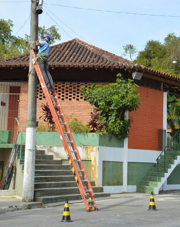 Técnicos da empresa contratada pela Prefeitura instalam o sistema de videomonitoramento na Praça Higino da Silveira, no Alto