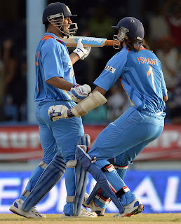 MS-Dhoni-Ishant-Sharma-Final-India-vs-Srilanka-Tri-Series-2013