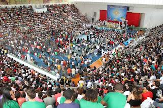 Católicos dos municípios da Diocese de Petrópolis lotam o Ginásio Pedrão, em Teresópolis, para a Assembleia Diocesana e o XIX Adorai