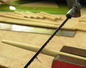 pemotongan bambu stick dengan gergaji mata gigi halus