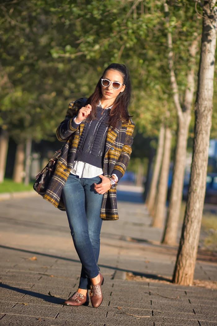 Streetstyle con abrigo de cuadros azul y amarillo