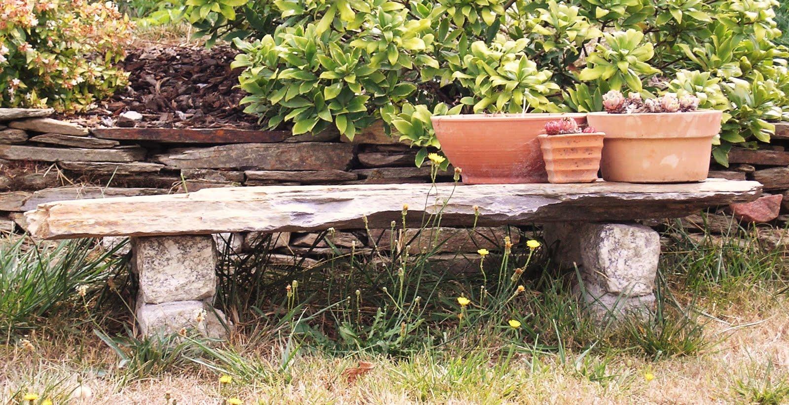 El desvan de mamen bancos para el jard n for Bancos de piedra para jardin