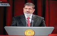 معاريف: مرسى يستعرض قوته أمام العسكرى