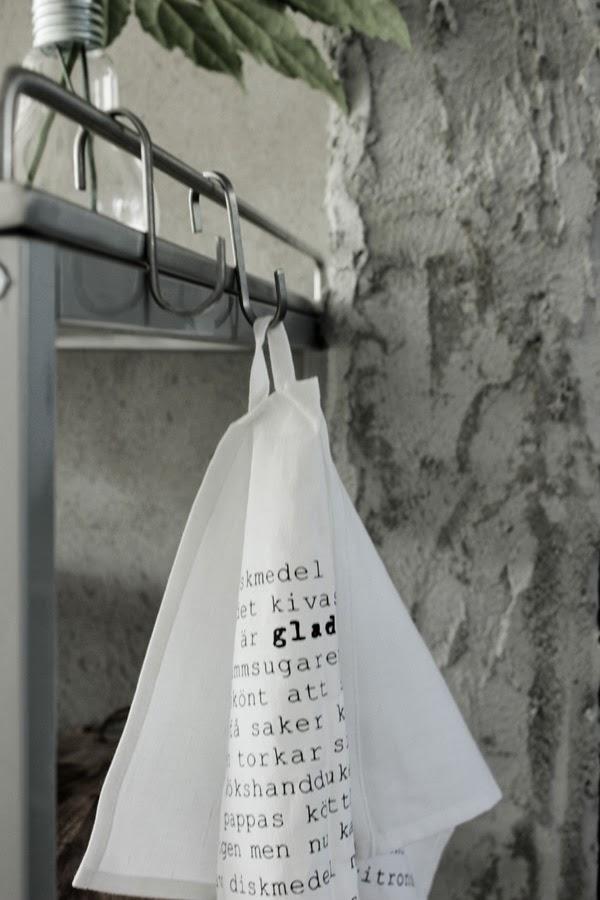murad vägg, murat änden av väggen, serveringsvagn av rostfritt, rostfri serveringsvagn, ikea, vit kökshandduk, handduk med text, svart text på handduk, s-krokar för handduk,