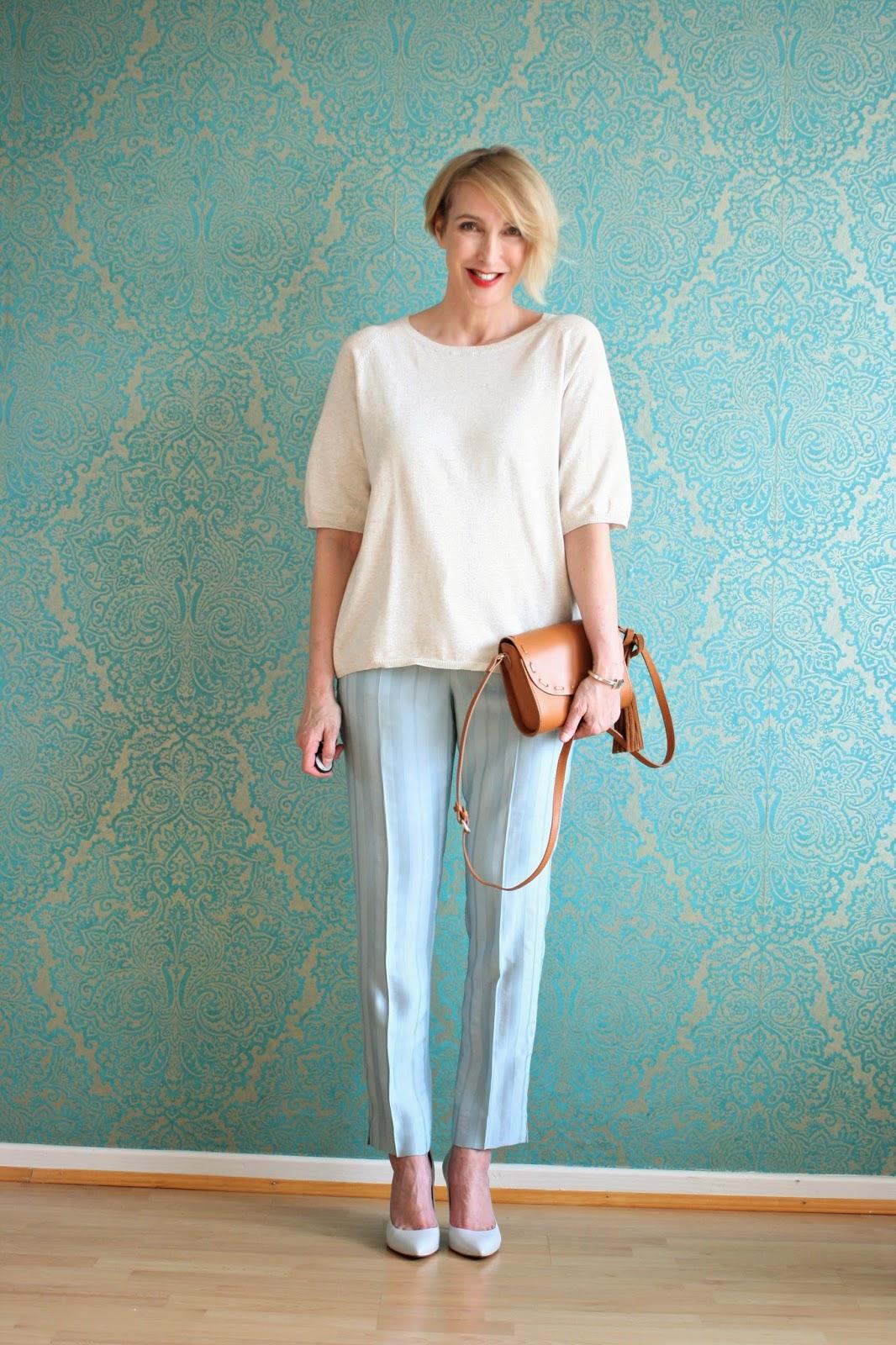 Frühlings-Outfit mit hellblauer Hose
