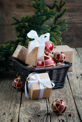 Tarjetas y postales Navideñas con adornos y regalos