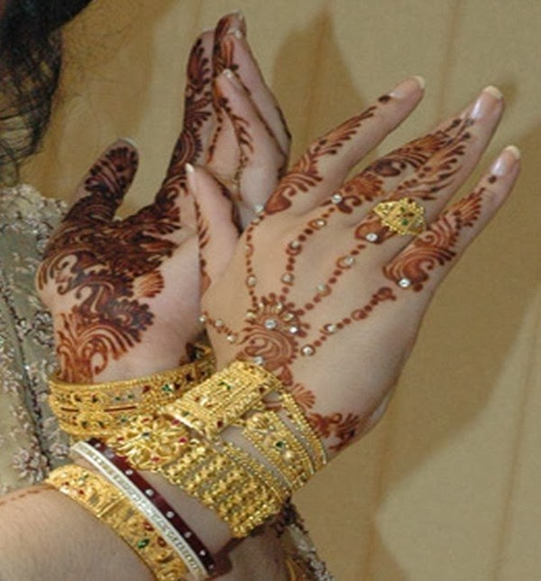 Beautiful Mehndi Hands Pics : Bridal hands display pics awesome dp