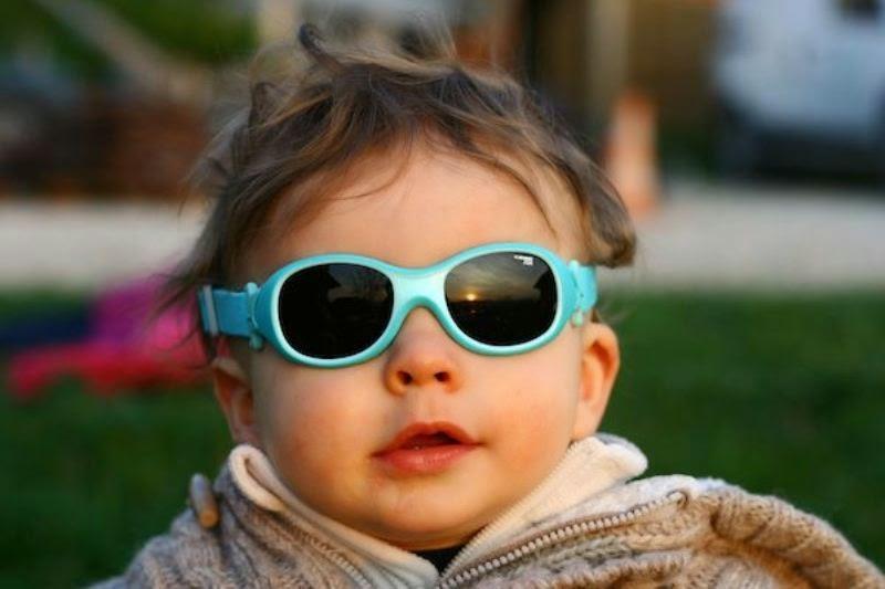 Foto bayi perempuan lucu dan keren memakai kacamata hitam dan biru